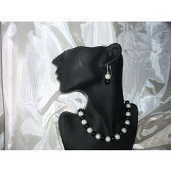 K-00007 Kolczyki z perełek szklanych białych i czarnych rabat 25%