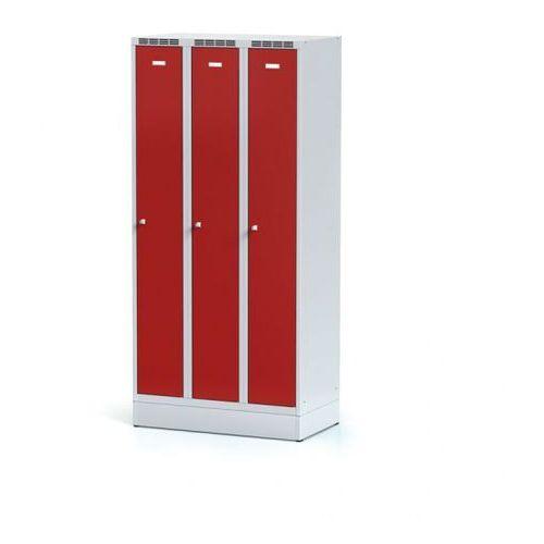 Szafki do przebieralni, Metalowa szafka ubraniowa trzydrzwiowa, na cokole, czerwone drzwi, zamek obrotowy