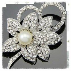 Broszka, kwiat z perłą.Kolekcja stokrotka